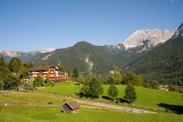 Hotel Gröbl-Alm in Mittenwald im Sommer